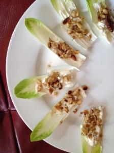 Witlof met Roquefort, pijnboompitten en walnoten
